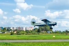 2飞机飞行,登陆的安托诺夫 免版税库存图片