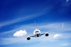 飞机飞行 一个大乘客或货物航空器 免版税库存照片