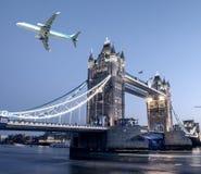 飞机飞越的塔桥梁在伦敦 免版税图库摄影