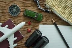 飞机,护照,指南针,双筒望远镜,铅笔,纸笔记和 库存图片