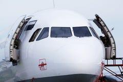 飞机鼻子和驾驶舱在机场 免版税库存图片