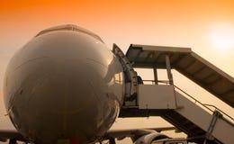 飞机鼻子和passanger台阶 库存图片