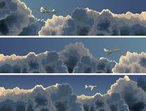 飞机水平的横幅在云彩中的。 免版税库存图片