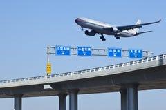 飞机登陆北京资本Internationonal机场,中国 免版税库存照片