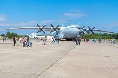 飞机An-22在一个晴天营业日在机场Mig 库存图片