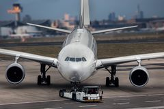 飞机beeing被拖曳在机场组成 库存照片