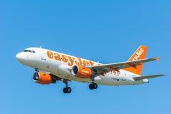 飞机easyJet G-EZFR空中客车A319-100飞行到跑道 免版税图库摄影