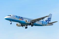 飞机Flybe G-FBJB巴西航空工业公司ERJ-175在斯希普霍尔机场登陆 免版税库存图片