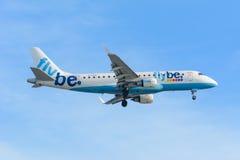 飞机Flybe G-FBJD巴西航空工业公司ERJ-175在斯希普霍尔机场登陆 图库摄影