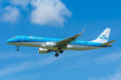飞机KLM Cityhopper PH-EZM巴西航空工业公司ERJ-190飞行到跑道 图库摄影