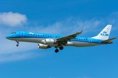 飞机KLM Cityhopper PH-EZO巴西航空工业公司ERJ-190飞行到跑道 免版税库存图片