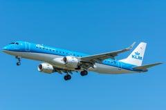 飞机KLM Cityhopper PH-EZO巴西航空工业公司ERJ-190飞行到跑道 免版税库存照片