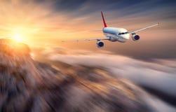 飞机mith行动迷离作用飞行在低云 免版税图库摄影