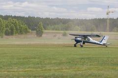 飞机PZL 104起飞的维尔加和在观众前面的着陆带 免版税库存照片
