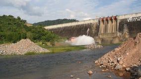 飞溅从水闸Khun丹Prakarn Chon巨大的具体水坝的水在泰国 股票视频