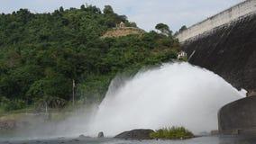 飞溅从水闸Khun丹Prakarn Chon巨大的具体水坝的水在泰国 影视素材