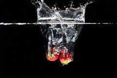 飞溅入水的两strawberrys 图库摄影