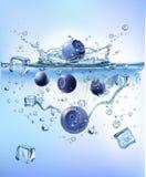 飞溅冰的新鲜蔬菜入蓝色清楚的水飞溅健康食品饮食生气勃勃概念被隔绝的白色背景 向量例证