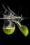 飞溅到水的柠檬 库存图片