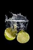 飞溅到水的柠檬 免版税图库摄影