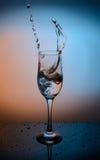 水飞溅到玻璃里 库存图片