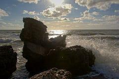 飞溅反对被炮击的Sovjet堡垒遗骸的波浪在波罗的海 免版税库存图片