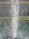 飞溅喷泉水在一个晴天 免版税库存图片