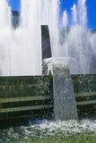 飞溅喷泉水在一个晴天 图库摄影