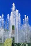 飞溅喷泉水在一个晴天 免版税图库摄影