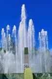 飞溅喷泉水在一个晴天 库存图片