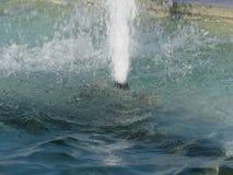 飞溅喷泉水在一个晴天 免版税库存照片
