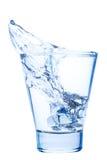 水飞溅在一块典雅的玻璃的与被隔绝的冰 图库摄影