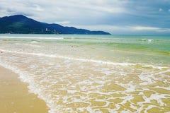 水飞溅在中国海滩的在岘港在越南 免版税库存照片