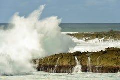 飞溅在北部岸夏威夷附近的太平洋波浪 免版税库存图片