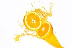 飞溅在半桔子的橙汁 库存照片