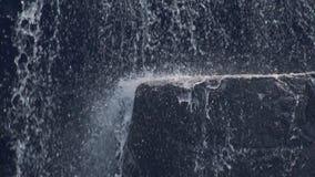 飞溅在山瀑布的石头的水小河 流动在岩石的山河 在雨林的Watefall小河 股票视频