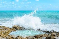 飞溅在岩石和在图象的中心的海洋水形成一个自然水池 免版税库存图片