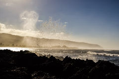 飞溅在岩石在Haleiwa附近-北部岸奥阿胡岛的波浪 库存照片