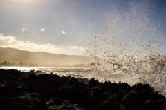 飞溅在岩石在Haleiwa附近-北部岸奥阿胡岛的波浪 免版税库存照片