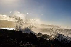 飞溅在岩石在Haleiwa附近-北部岸奥阿胡岛的波浪 库存图片