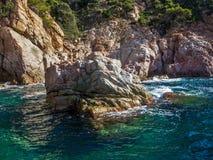 飞溅在岩石的海 库存图片