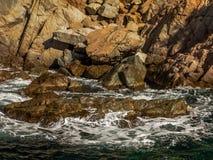 飞溅在岩石的海 图库摄影