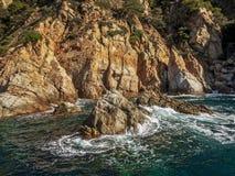 飞溅在岩石的海 免版税库存照片
