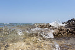 飞溅在岸的海波浪晃动与一朵公海浪花 免版税库存图片