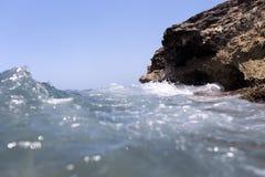 飞溅在岸的海波浪晃动与一朵公海浪花 图库摄影