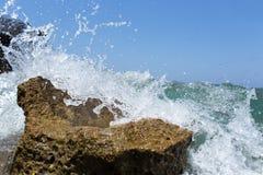 飞溅在岸的海波浪晃动与一朵公海浪花 免版税库存照片