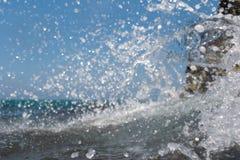 飞溅在岸的海波浪晃动与一朵公海浪花 库存图片