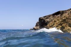 飞溅在岸的海波浪晃动与一朵公海浪花 免版税图库摄影
