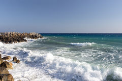 飞溅在岸的海波浪晃动与一朵公海浪花 库存照片