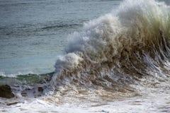 飞溅在岸附近的波浪在海洋使Bunbury西澳州靠岸 库存图片